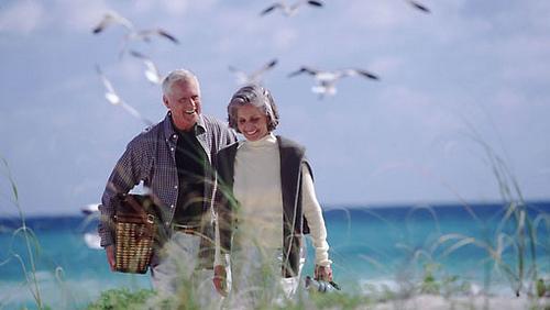ancianos-paseo-verano